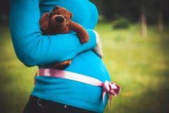 Estando embarazado Imagen de archivo libre de regalías