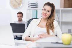 Estando grávido no trabalho Imagens de Stock Royalty Free