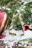 Estanho de cozimento coberto de neve da árvore de Natal Imagens de Stock Royalty Free