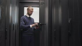 Estante abierto del servidor del administrador de sistema para la ayuda usando la tableta almacen de metraje de vídeo