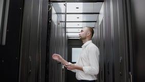 Estante abierto del servidor del hombre y comprobación de la cámara lenta del centro de datos almacen de video