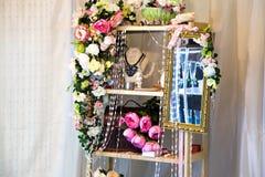 Estante adornado con las flores Imagen de archivo