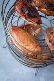 Estante ahumado de la pechuga de pollo imagenes de archivo