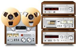 Estante audio estéreo del vintage de los componentes de la música analogica Foto de archivo libre de regalías