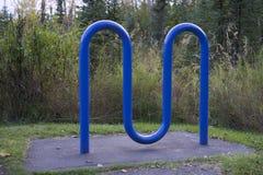 Estante azul de la bici Fotos de archivo