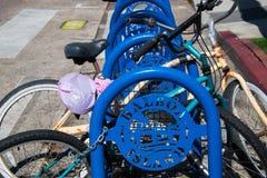 Estante azul de la bici con las bicis viejas en la calle principal en la isla del balboa fotos de archivo