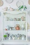 Estante blanco con vajilla de la porcelana de la vendimia Fotos de archivo libres de regalías