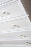 Estante blanco del badroom con las manetas redondeadas imagen de archivo