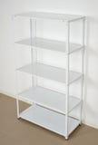 Estante cerca de la pared, estantes vacíos del metal blanco Fotos de archivo libres de regalías