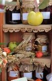 Estante con el atasco hecho en casa Foto de archivo libre de regalías