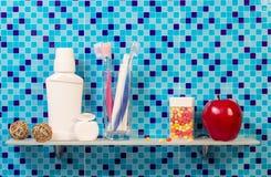 Estante con higiene en cuarto de baño del fondo Fotografía de archivo