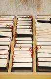 Estante con las biblias Imágenes de archivo libres de regalías