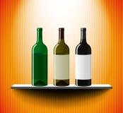 Estante con las botellas de vino Foto de archivo
