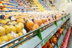 Estante con las frutas Imagen de archivo libre de regalías
