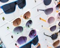 Estante con las gafas de sol Foto de archivo libre de regalías