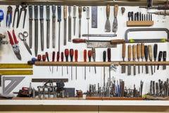 Estante con las herramientas de la mano Imagenes de archivo