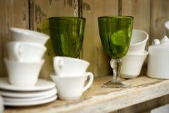 Estante con las tazas y los vidrios Fotografía de archivo libre de regalías