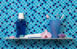 Estante con los accesorios del baño Foto de archivo