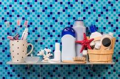 Estante con los accesorios del baño imagen de archivo libre de regalías