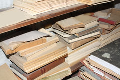 Estante con los libros viejos Fotos de archivo libres de regalías