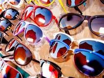 Estante con un surtido de gafas de sol Fotos de archivo libres de regalías