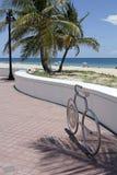 Estante de bicicleta formado bici en la playa Foto de archivo libre de regalías