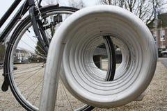 Estante de bicicleta moderno foto de archivo