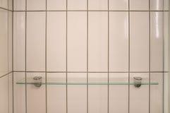 Estante de cristal en la pared de la ducha fotos de archivo libres de regalías