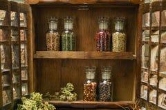 Estante de especia del vintage de las granjas o gabinete de almacenamiento de madera con fresco eg. fotos de archivo