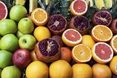 Estante de Groseries con las frutas tropicales frescas Imagen de archivo libre de regalías