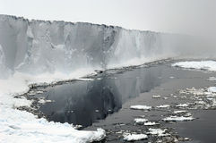 Estante de hielo antártico en nieblas Imagen de archivo