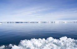 Estante de hielo cerca de la isla de la colina de la nieve Imagenes de archivo