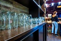Estante de la barra con los vidrios de cerveza vacíos Fotos de archivo libres de regalías