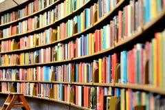 Estante de la biblioteca pública Foto de archivo libre de regalías