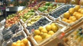 Estante de la fruta en el colmado metrajes