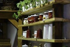 Estante de la jarra y del jarro del esmalte Fotografía de archivo libre de regalías