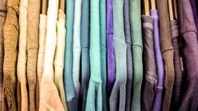 Estante de la ropa con diversa ropa colorida Imágenes de archivo libres de regalías