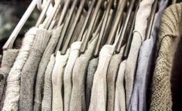 Estante de la ropa con diversa ropa colorida Imagen de archivo