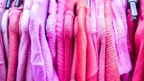Estante de la ropa con diversa ropa colorida Foto de archivo libre de regalías
