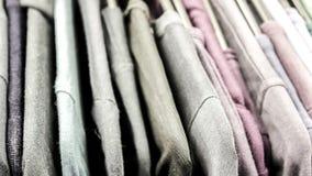 Estante de la ropa con diversa ropa colorida Fotografía de archivo libre de regalías