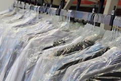 Estante de la ropa en una limpieza en seco fotos de archivo