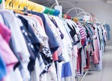 Estante de la ropa Perchas en la tienda de la ropa DOF bajo Imagen de archivo
