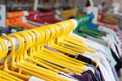Estante de la ropa Perchas en la tienda de la ropa DOF bajo Fotografía de archivo libre de regalías