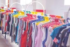 Estante de la ropa Perchas en la tienda de la ropa DOF bajo Fotos de archivo