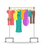 Estante de la suspensión del balanceo con la colección de la ropa de las mujeres ilustración del vector