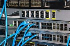 Estante de las telecomunicaciones con los interruptores Fotos de archivo