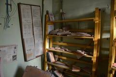Estante de librería con los libros Imagen de archivo libre de regalías