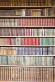 Estante de librería de la biblioteca Fotos de archivo libres de regalías