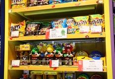 Estante de los caramelos de los M&Ms en una tienda Fotografía de archivo libre de regalías