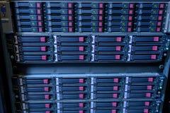 Estante de los discos duros del web server en datacenter Fotografía de archivo libre de regalías